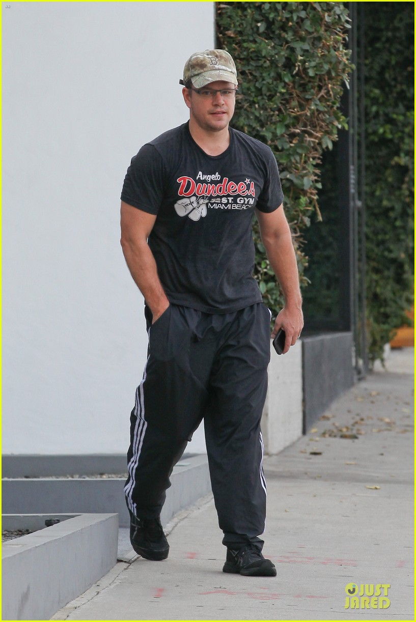 matt damon flashes buff arms after gym workout 01
