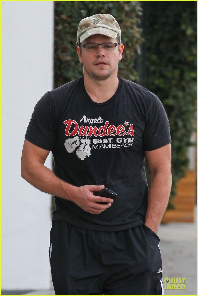 matt damon flashes buff arms after gym workout 042986674