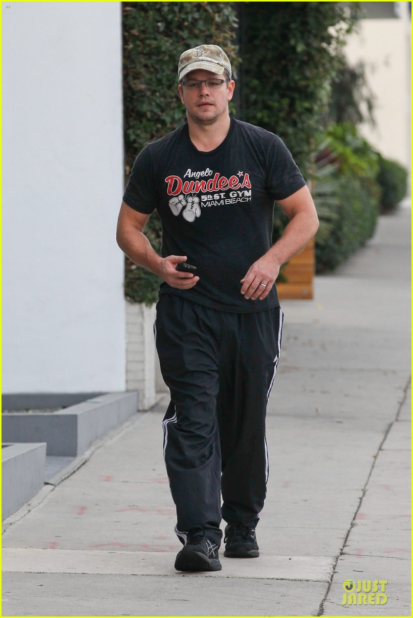 matt damon flashes buff arms after gym workout 082986678