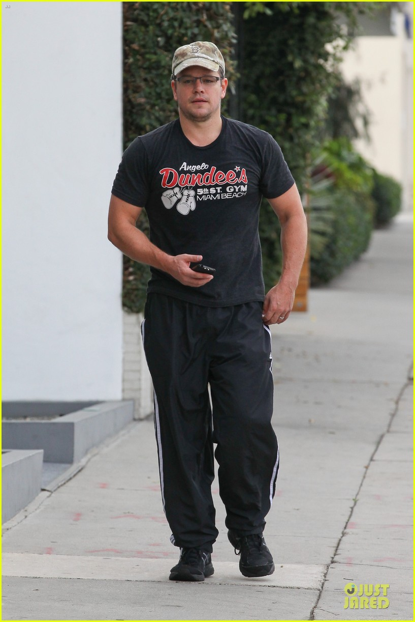 matt damon flashes buff arms after gym workout 092986679