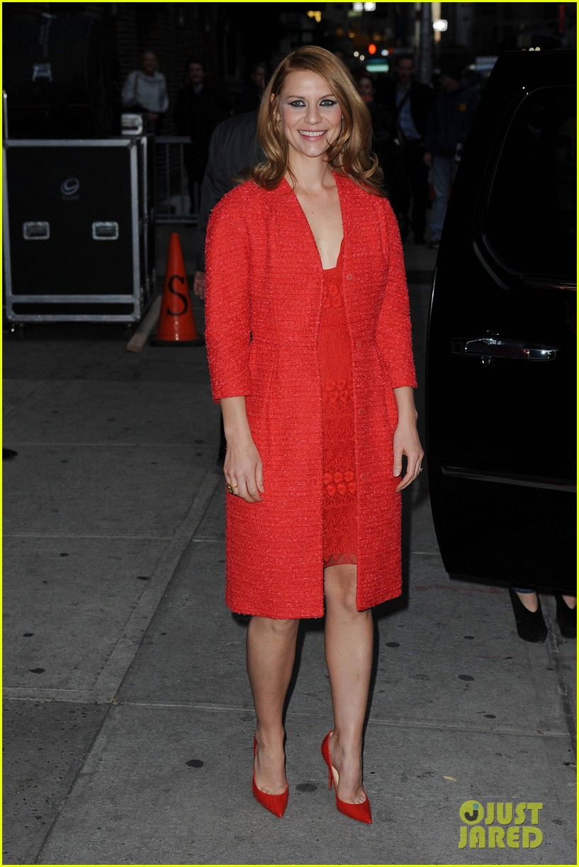 claire danes debuts brunette hair on letterman 18
