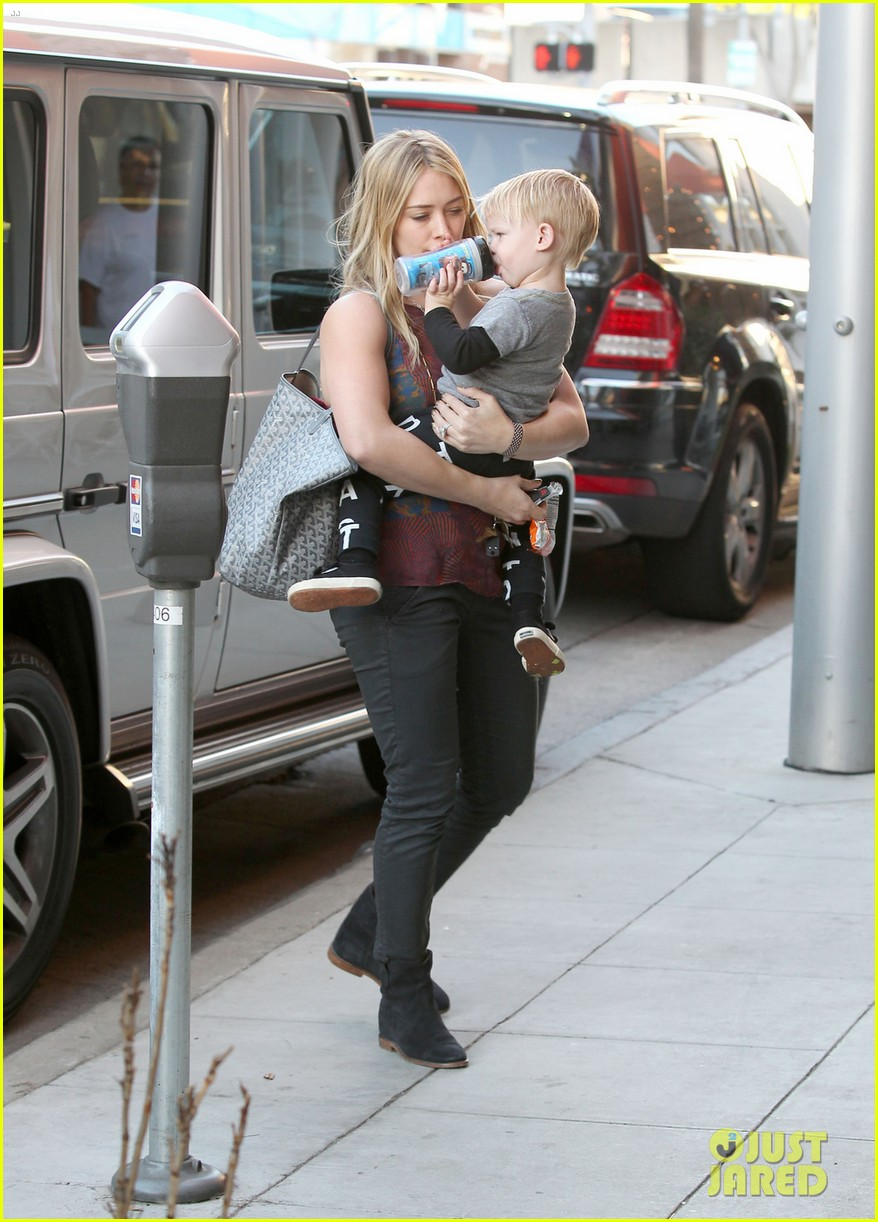 hilary duff mike comrie take luca to get his hair cut 073001613