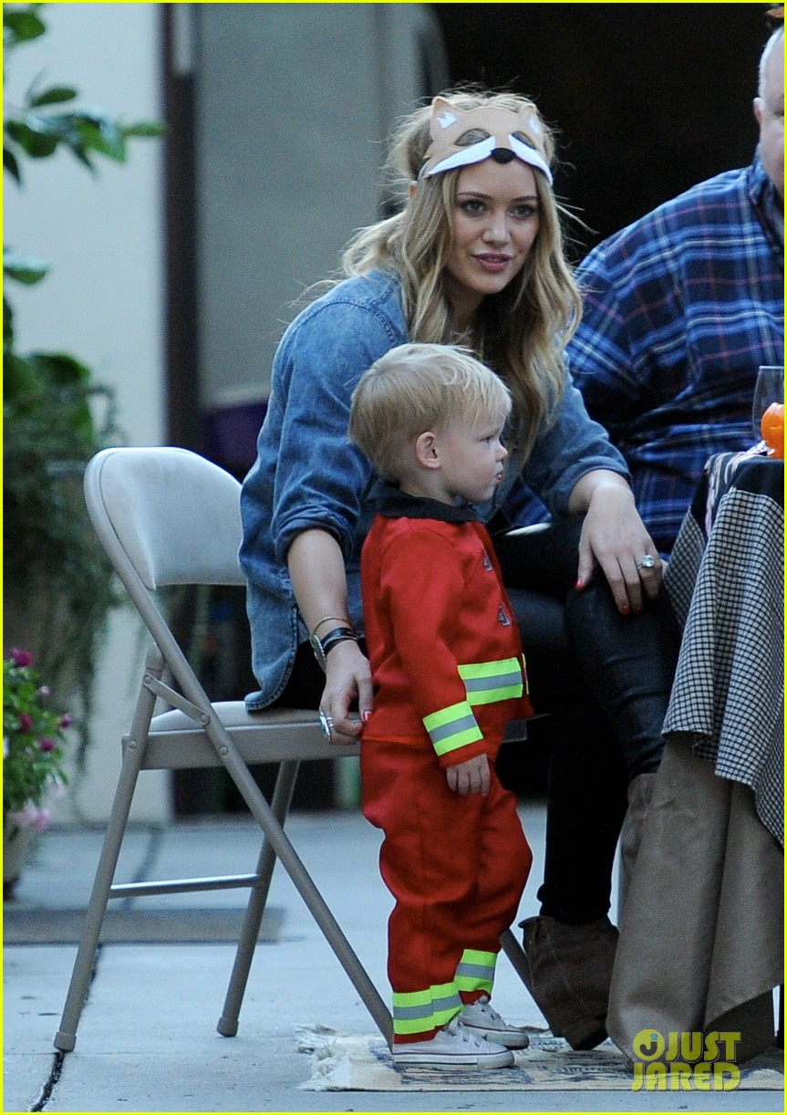hilary duff mike comrie spent halloween with luca 02