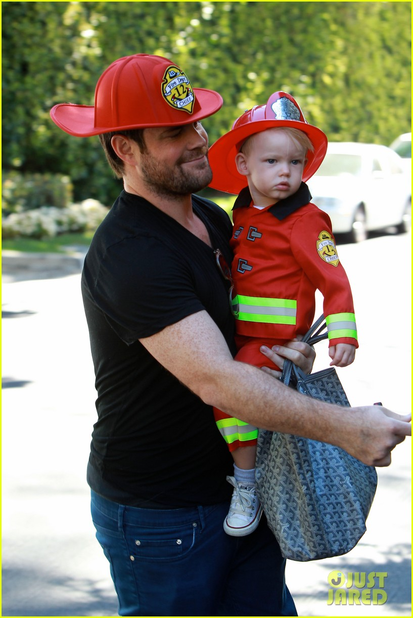 hilary duff mike comrie spent halloween with luca 092984225