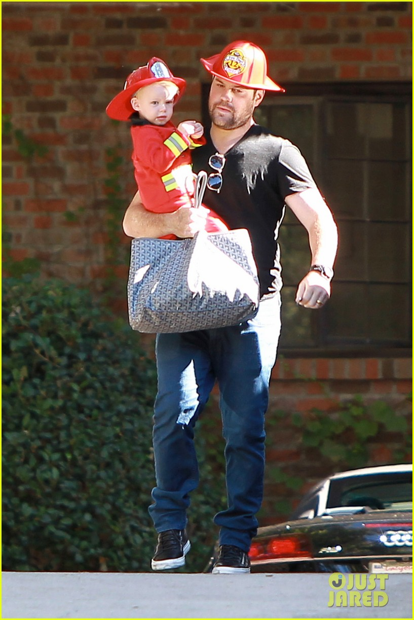hilary duff mike comrie spent halloween with luca 13