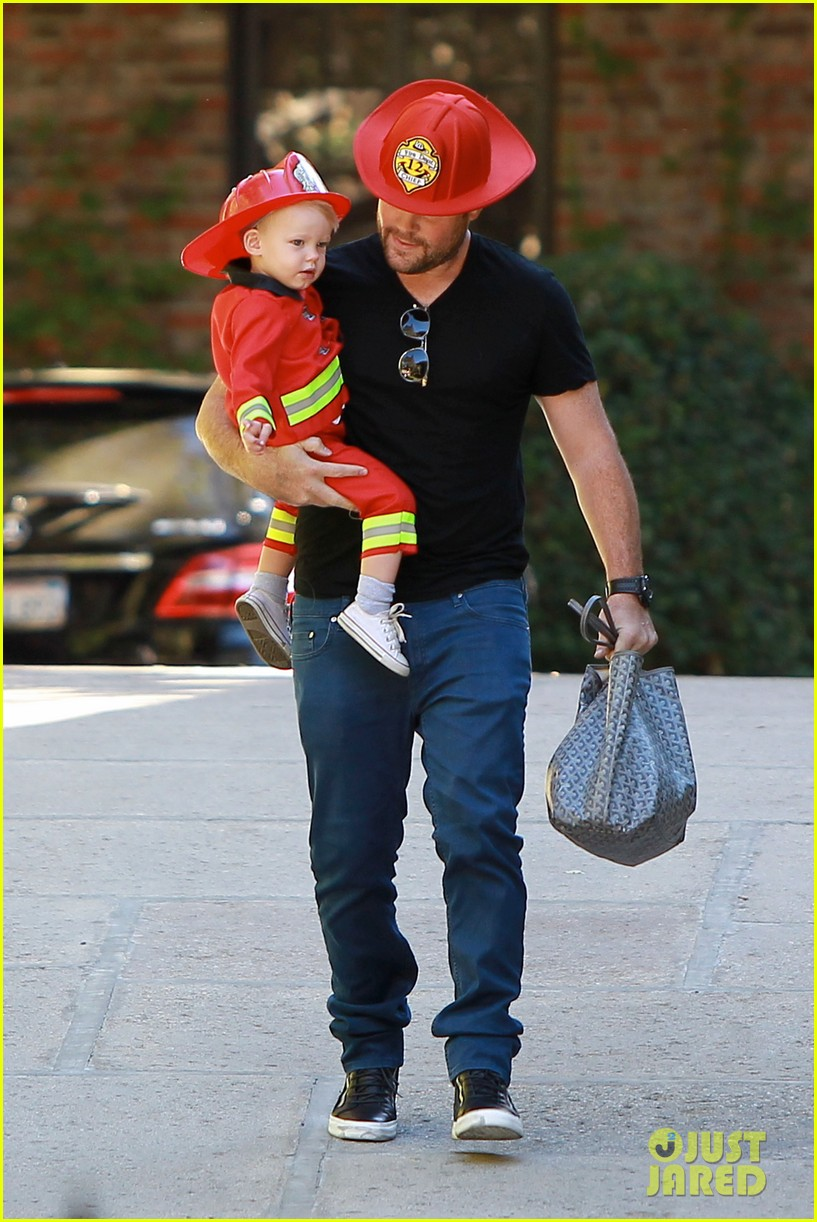 hilary duff mike comrie spent halloween with luca 15