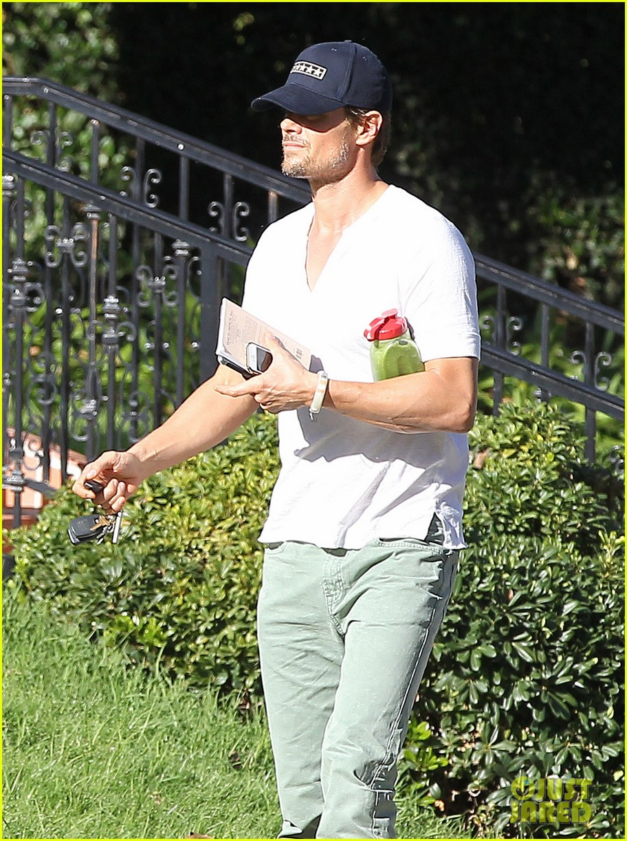 josh duhamel bares his biceps in muscle tank on bike ride 08