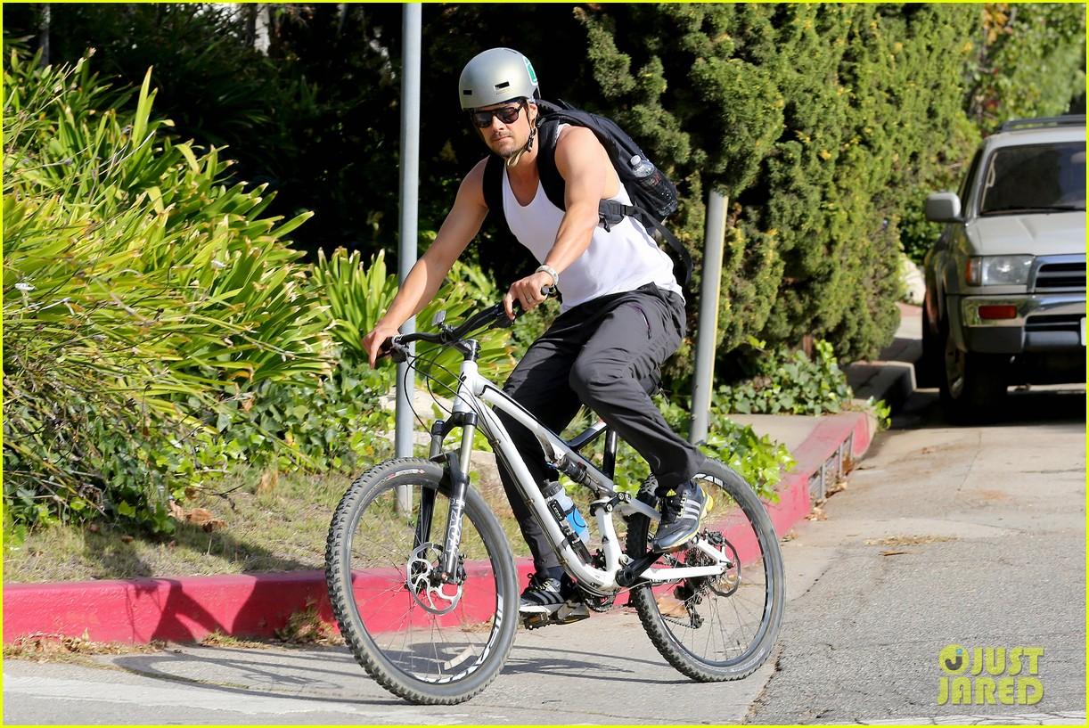 josh duhamel bares his biceps in muscle tank on bike ride 13