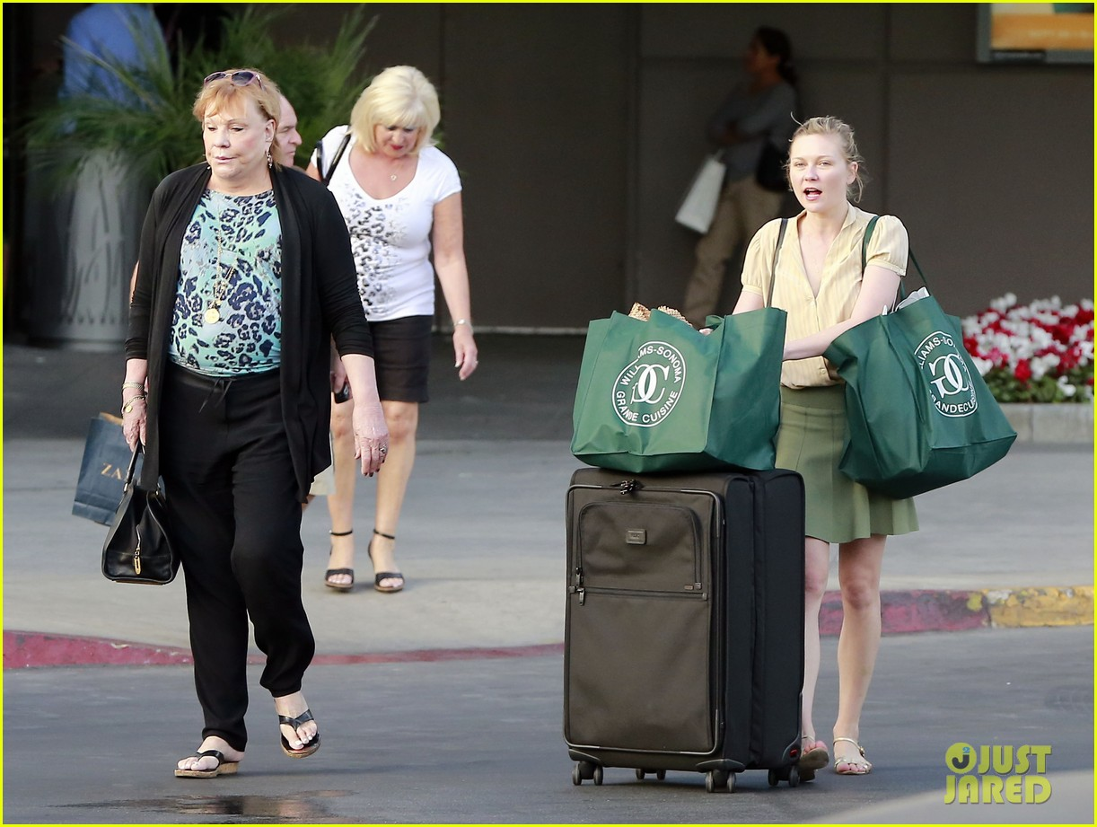 kirsten dunst mall visit with mom 15