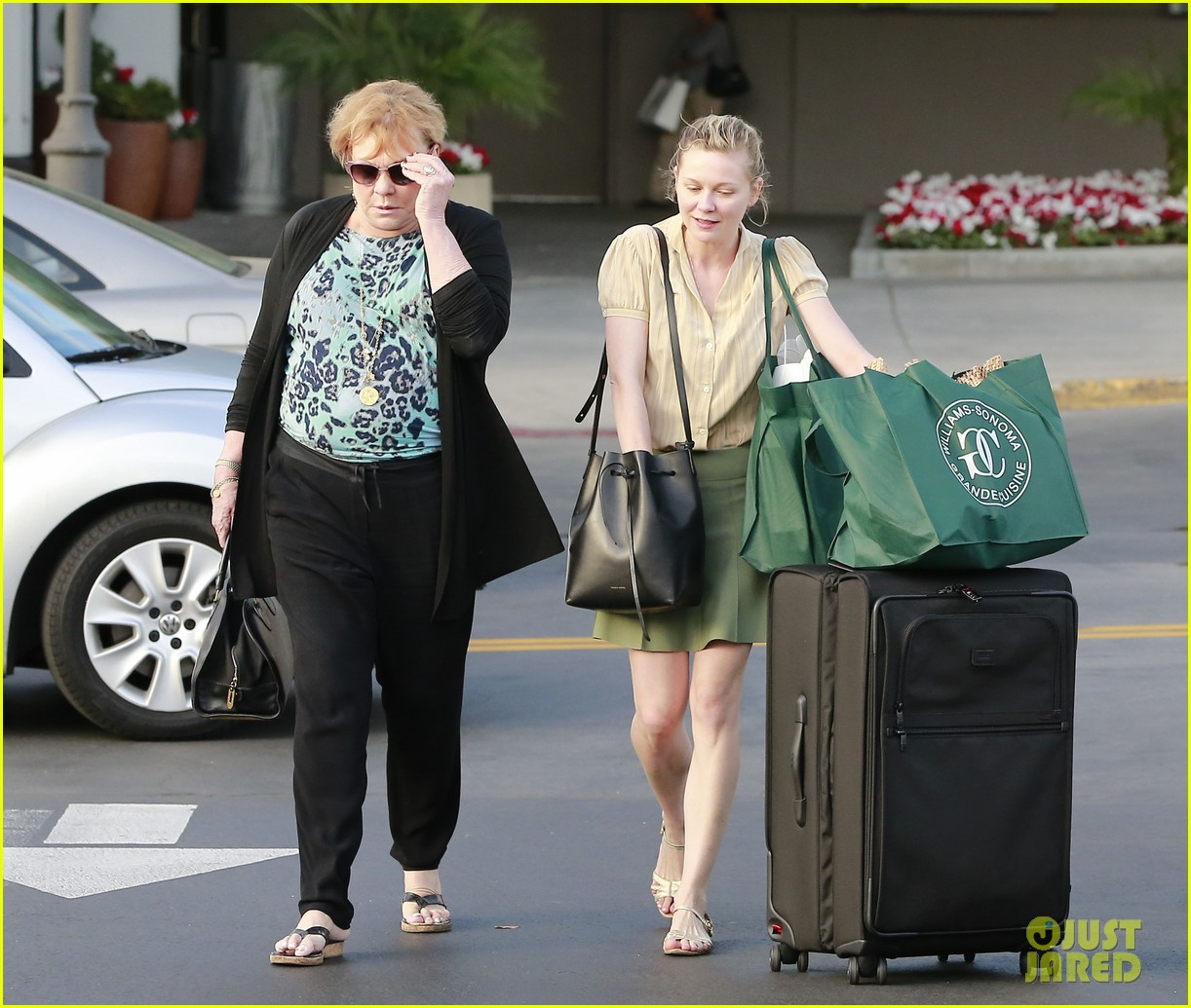 kirsten dunst mall visit with mom 17