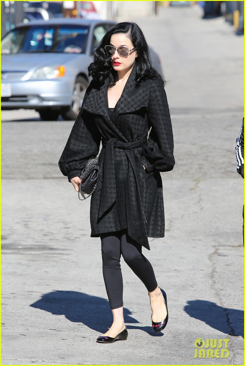 dita von teese hugos tacos for lunch 083000008