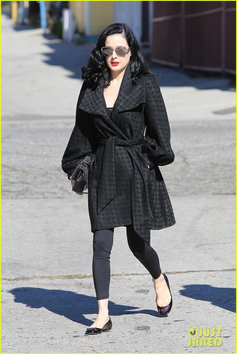 dita von teese hugos tacos for lunch 15
