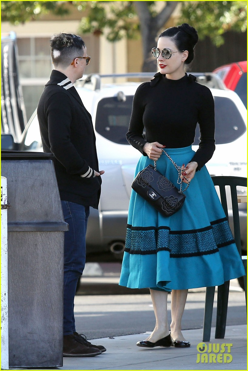 dita von teese hugos tacos for lunch 21