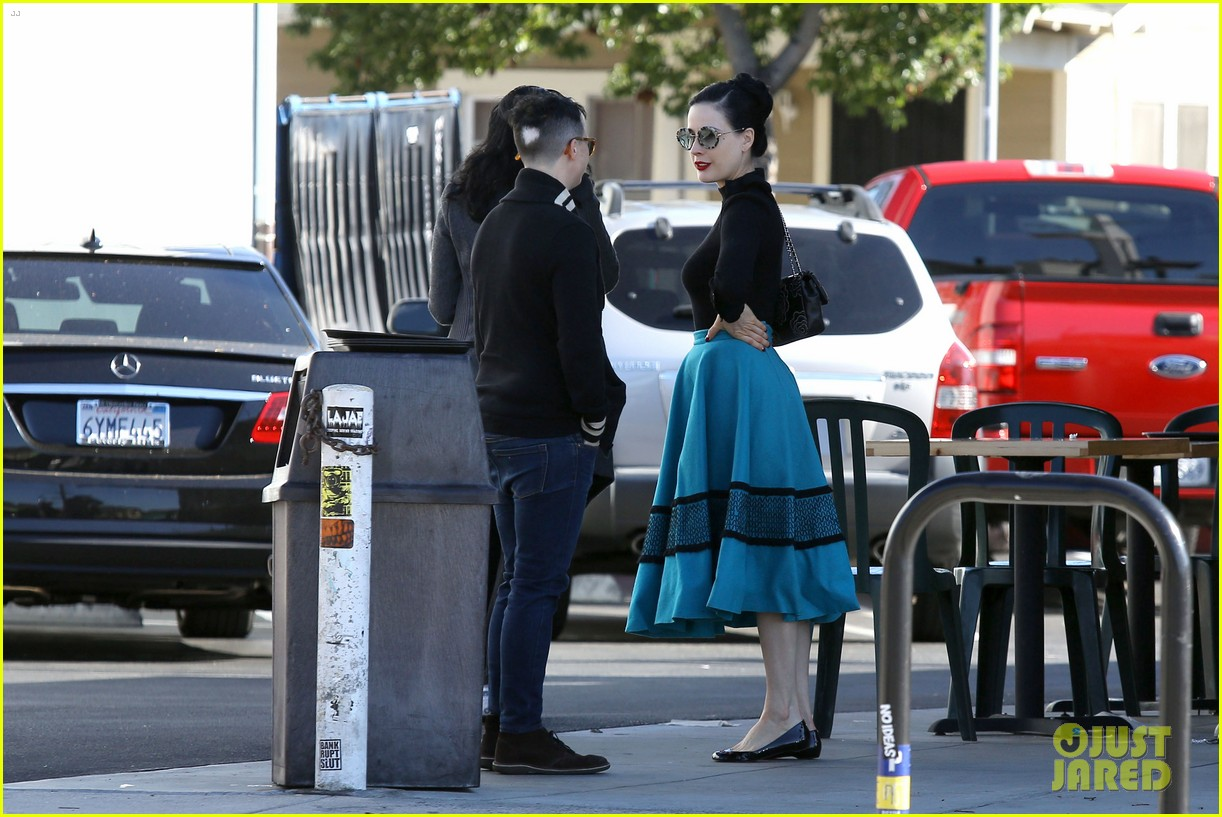 dita von teese hugos tacos for lunch 29