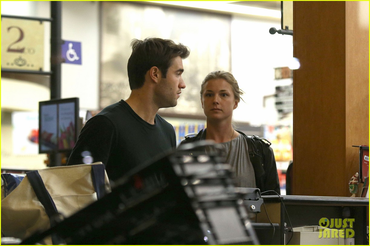 emily vancamp josh bowman grab late night groceries 04