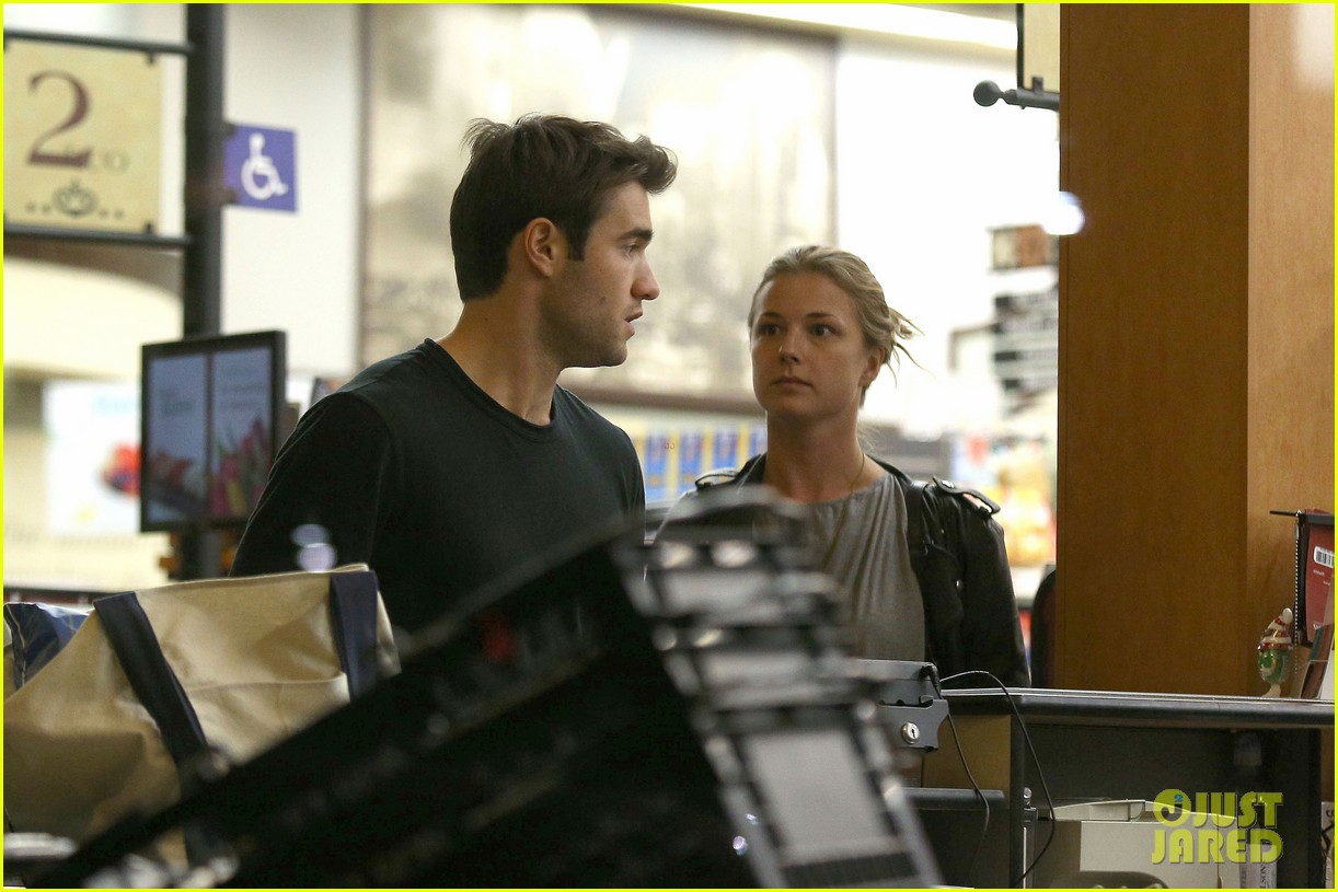 emily vancamp josh bowman grab late night groceries 10