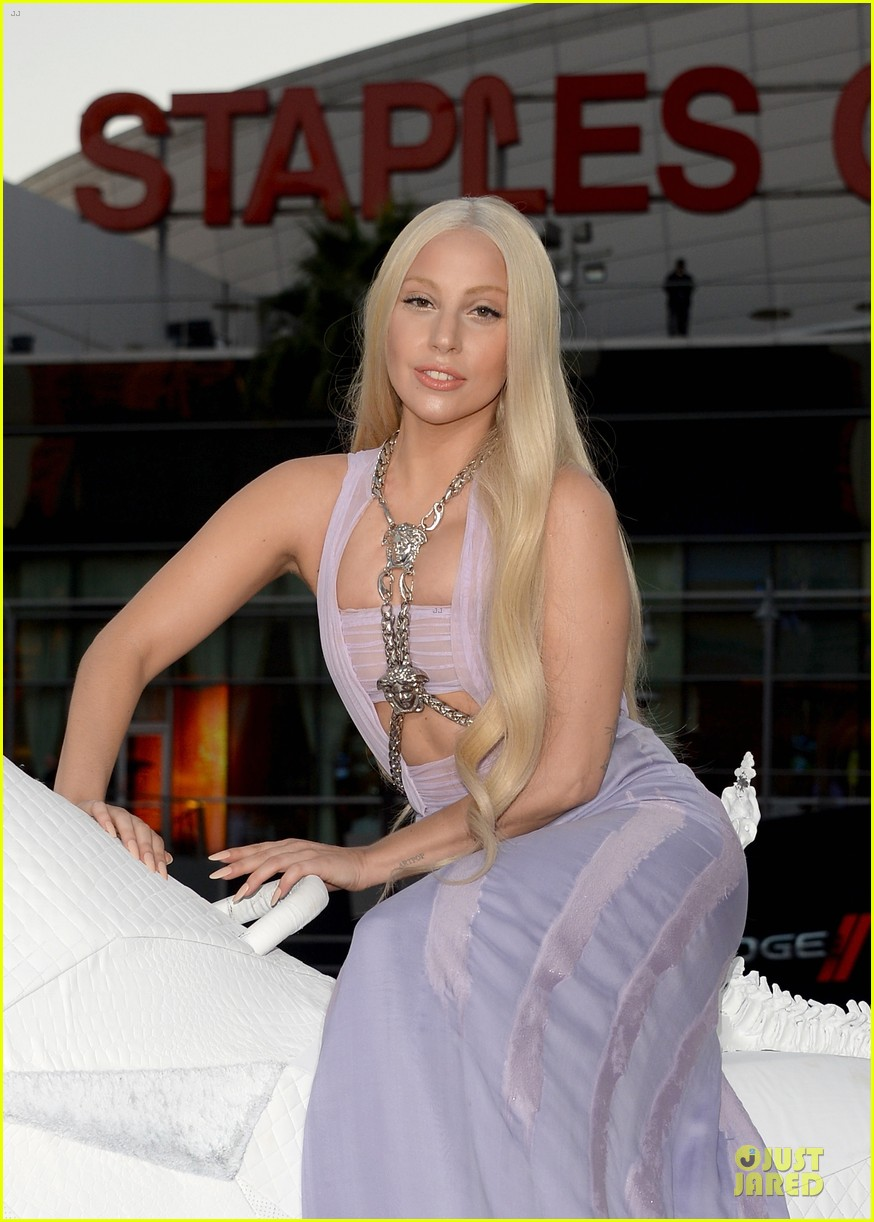 lady gaga rides horse on amas 2013 red carpet 04
