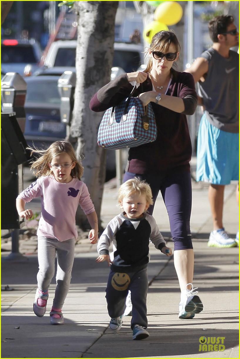 jennifer garner errands with kids after halloween 20