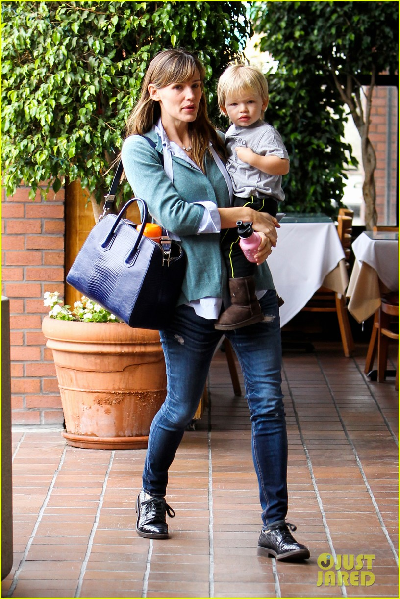jennifer garner kicks off week with family time 052996028