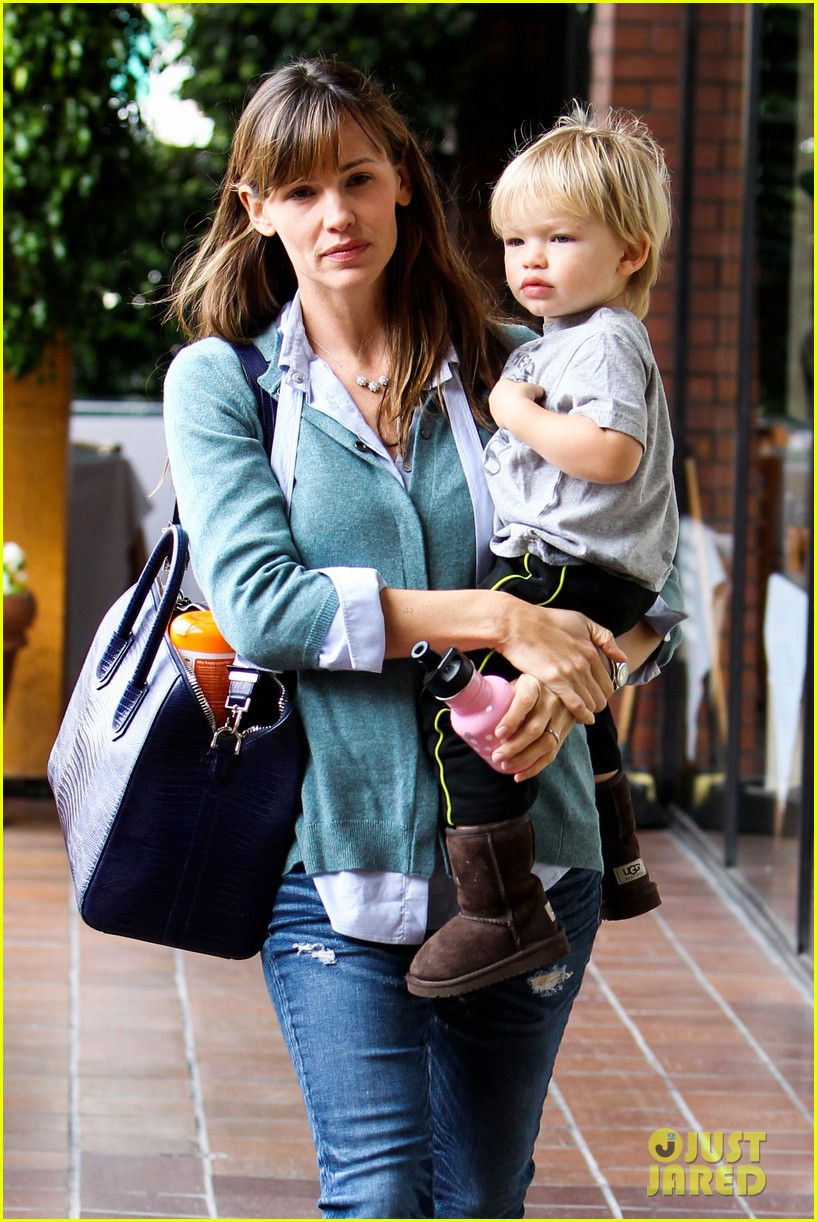 jennifer garner kicks off week with family time 062996029