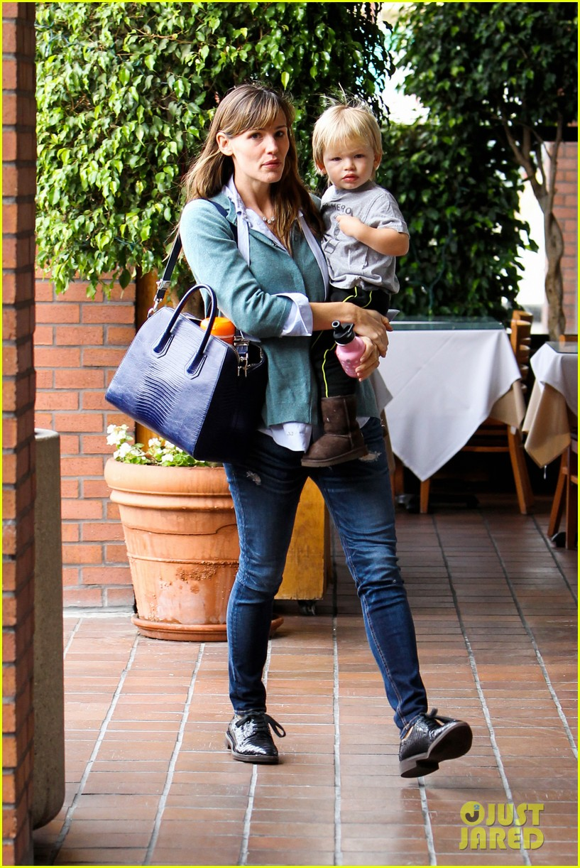 jennifer garner kicks off week with family time 08