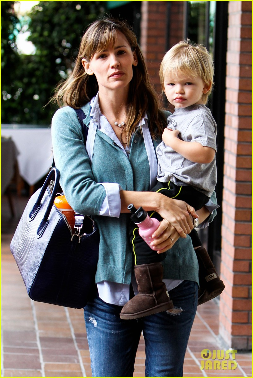 jennifer garner kicks off week with family time 11