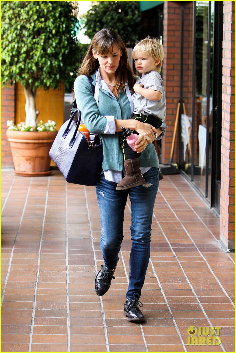 jennifer garner kicks off week with family time 14