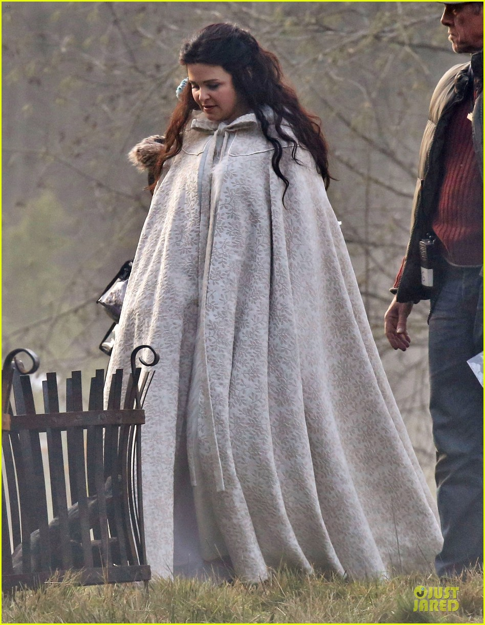ginnifer goodwin covers baby bump on once set 033000384