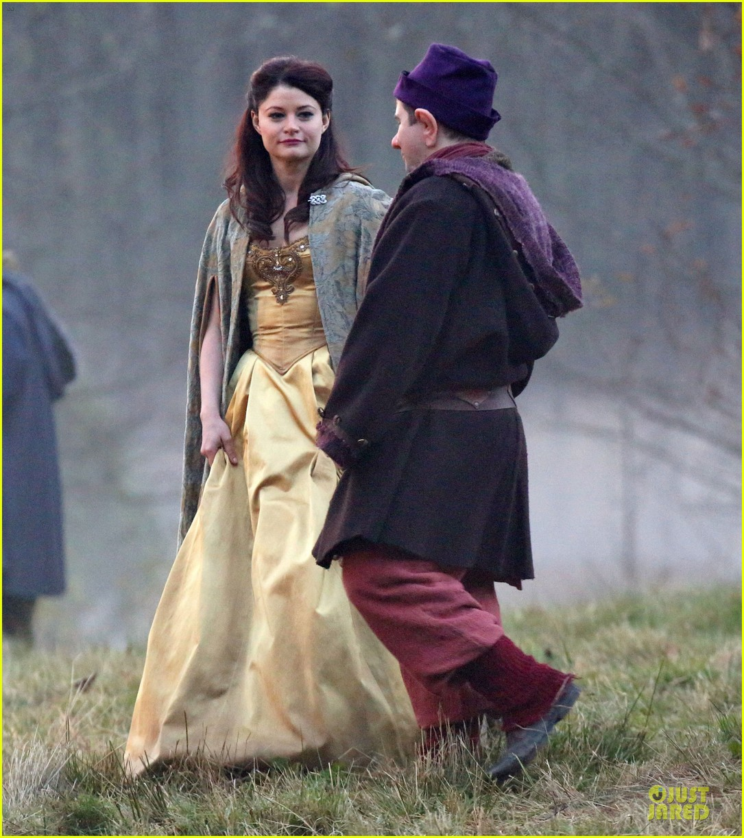 ginnifer goodwin covers baby bump on once set 05
