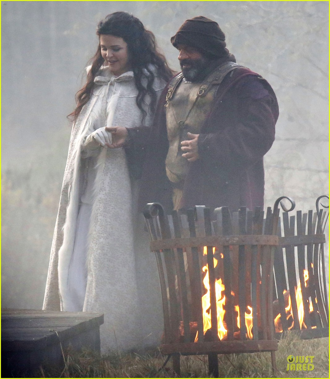 ginnifer goodwin covers baby bump on once set 14