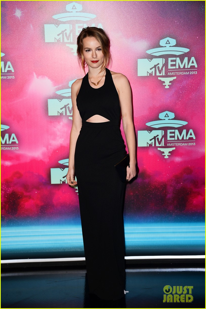 ariana grande bridgit mendler mtv ema 2013 red carpet 05