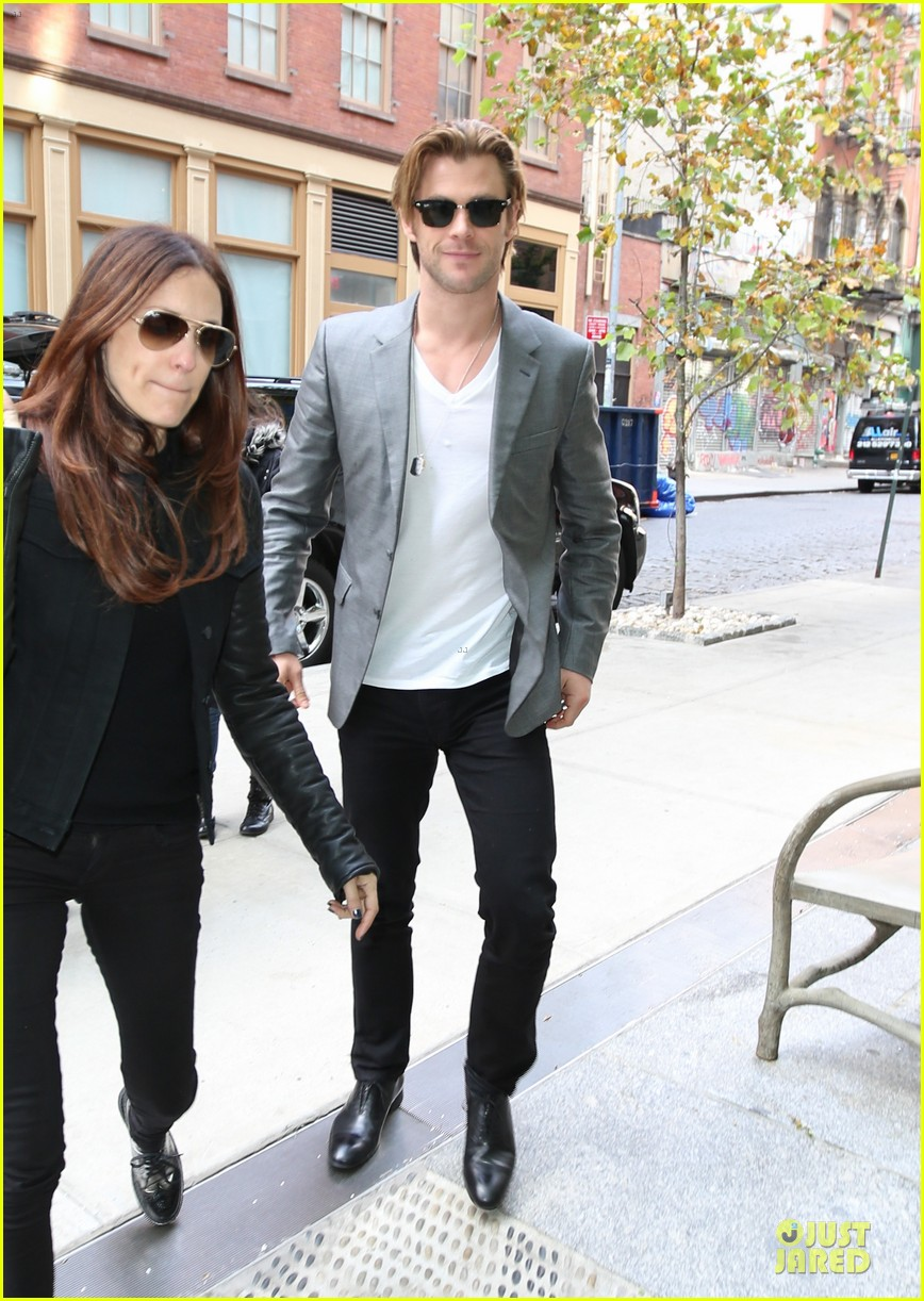 http://cdn04.cdn.justjared.com/wp-content/uploads/2013/11/hemsworth-blazers/chris-hemsworth-different-blazers-for-thor-nyc-promotion-02.jpg