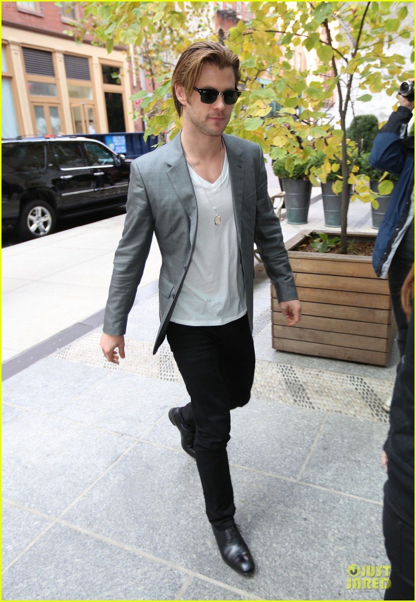 chris hemsworth different blazers for thor nyc promotion 102986642
