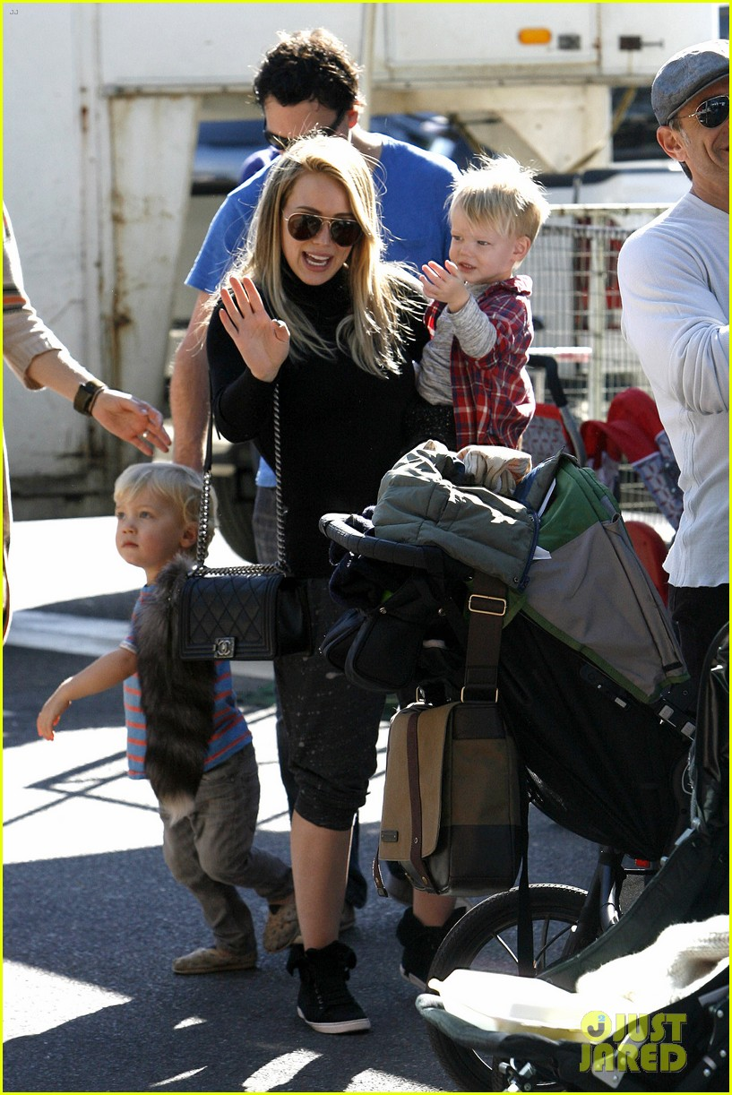 hilary duff mike comrie petting zoo with luca 07