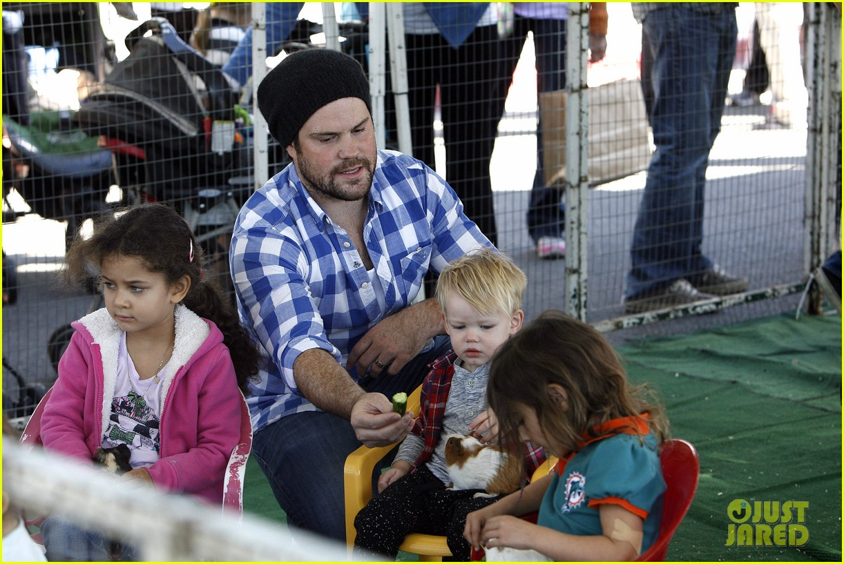 hilary duff mike comrie petting zoo with luca 092999125