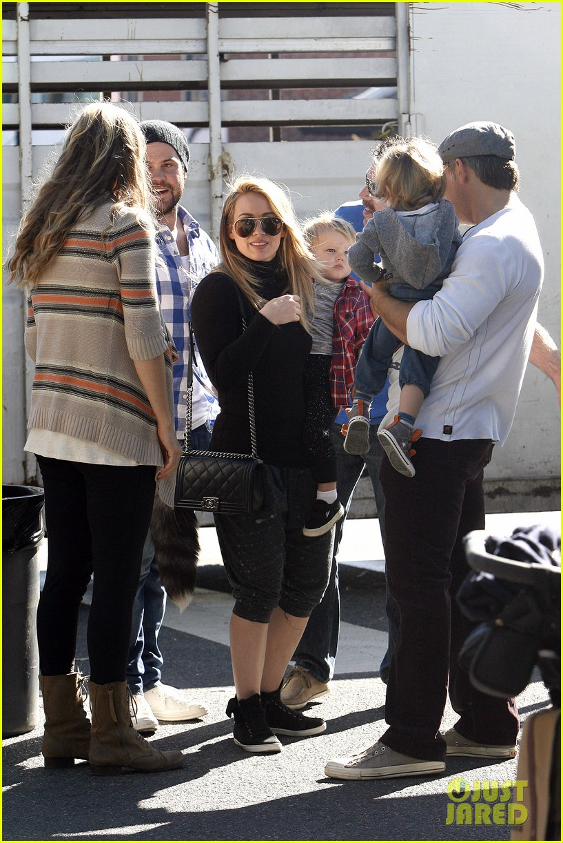 hilary duff mike comrie petting zoo with luca 12
