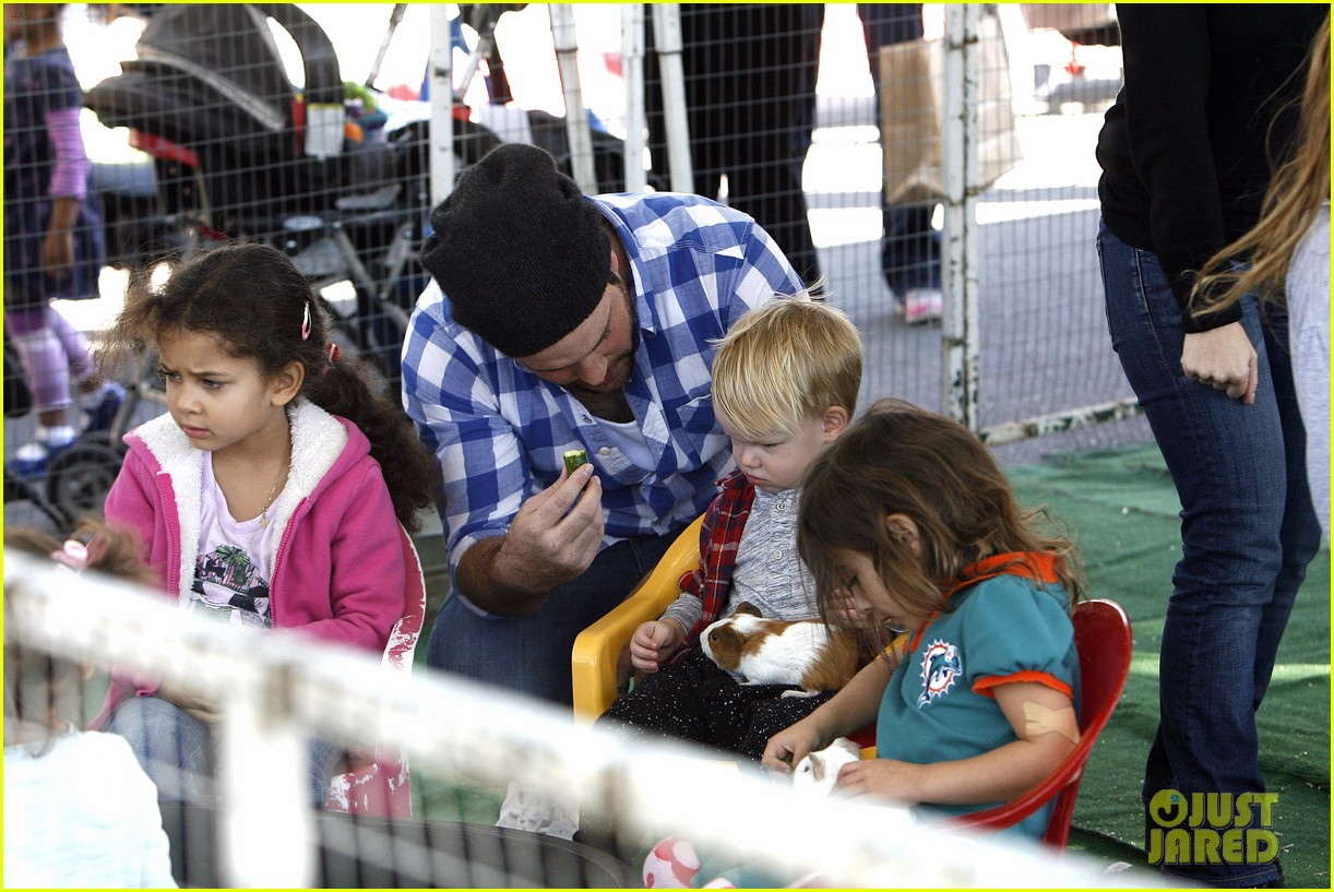 hilary duff mike comrie petting zoo with luca 30