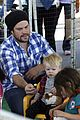 hilary duff mike comrie petting zoo with luca 09