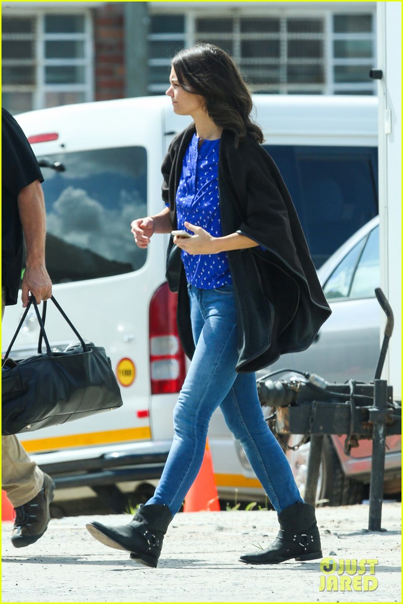 katie holmes heads home from cape town for thanksgiving 043000970