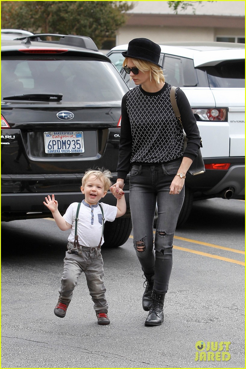 january jones goes food shopping with joyful son xander 06