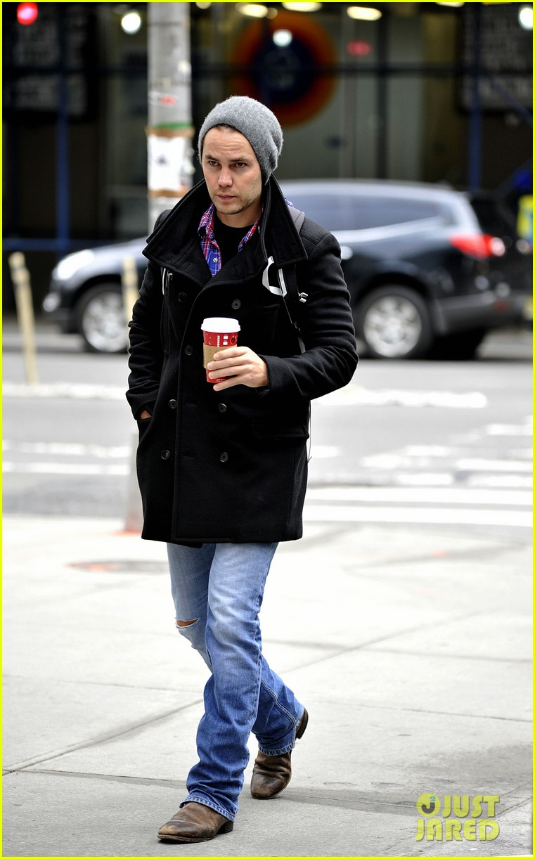 taylor kitsch bundles up after big apples first snow 042992565