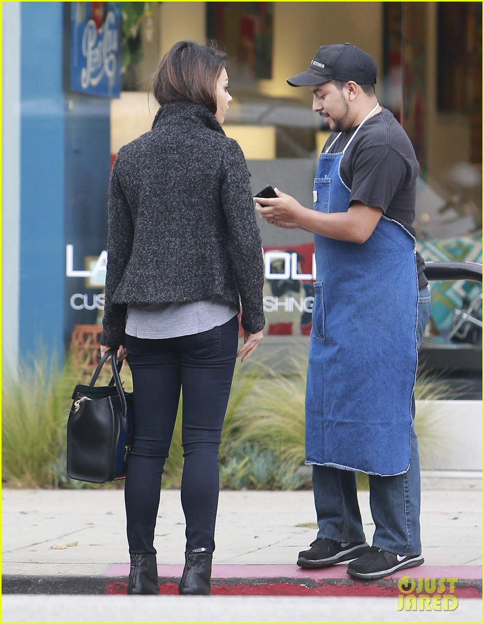 mila kunis shops amidst ashton kutchers walmart feud 06