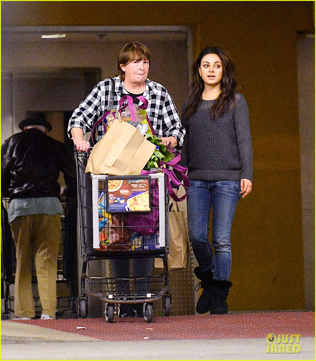 mila kunis goes thanksgiving shopping with ashton kutchers mom 01