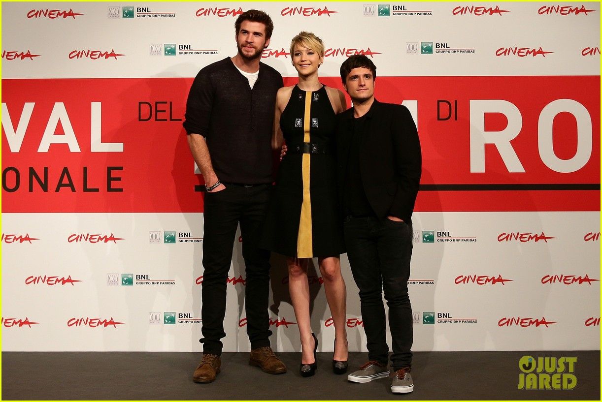 jennifer lawrence liam hemsworth catching fire rome photo call 10