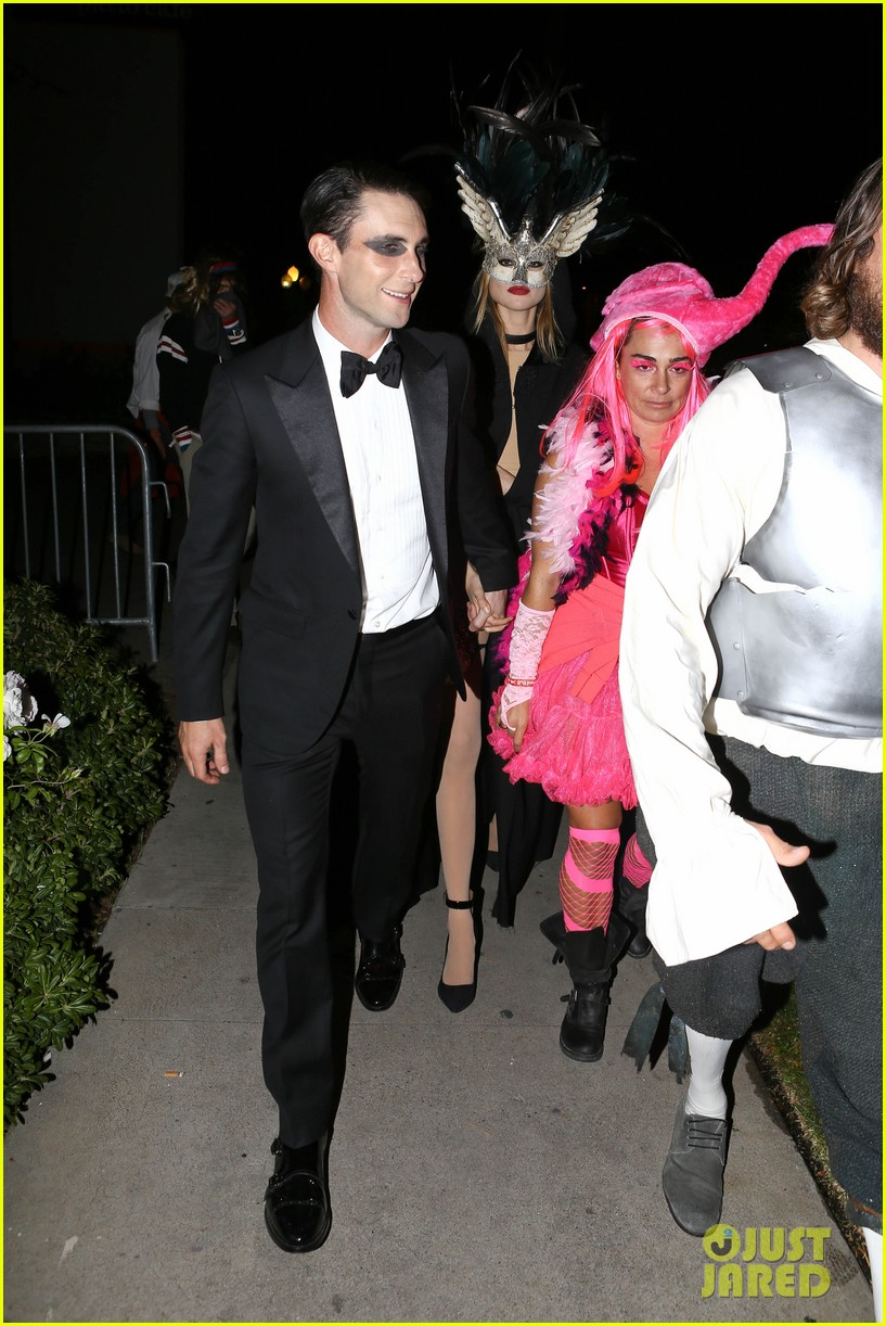 adam levine behati hold hands after hosting halloween party 08