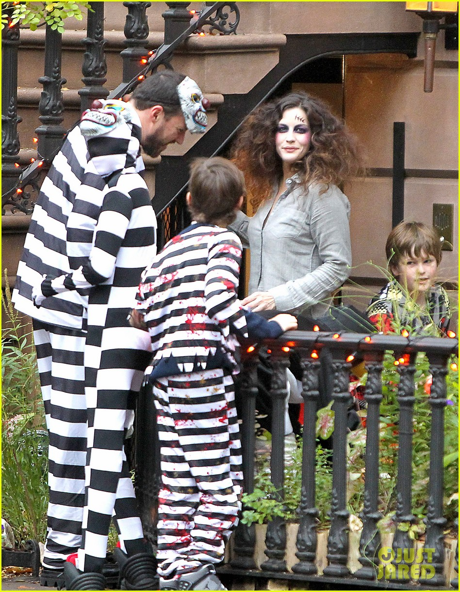 liv tyler trick or treats with milo on halloween 05