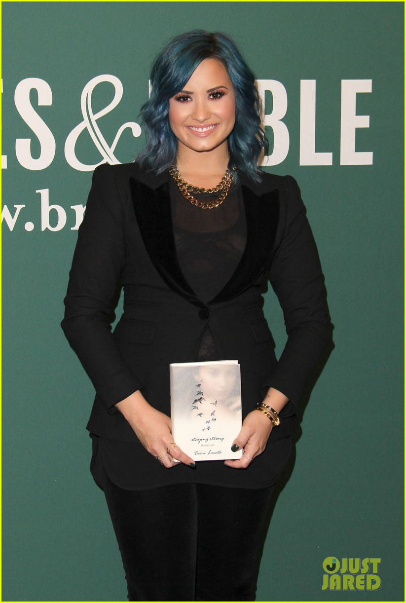 demi lovato stay strong book signing 06