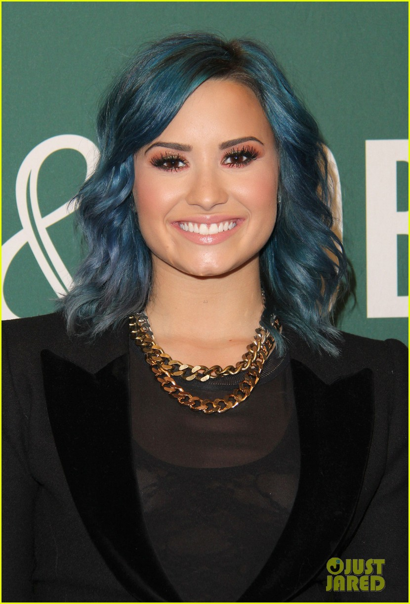 demi lovato stay strong book signing 07