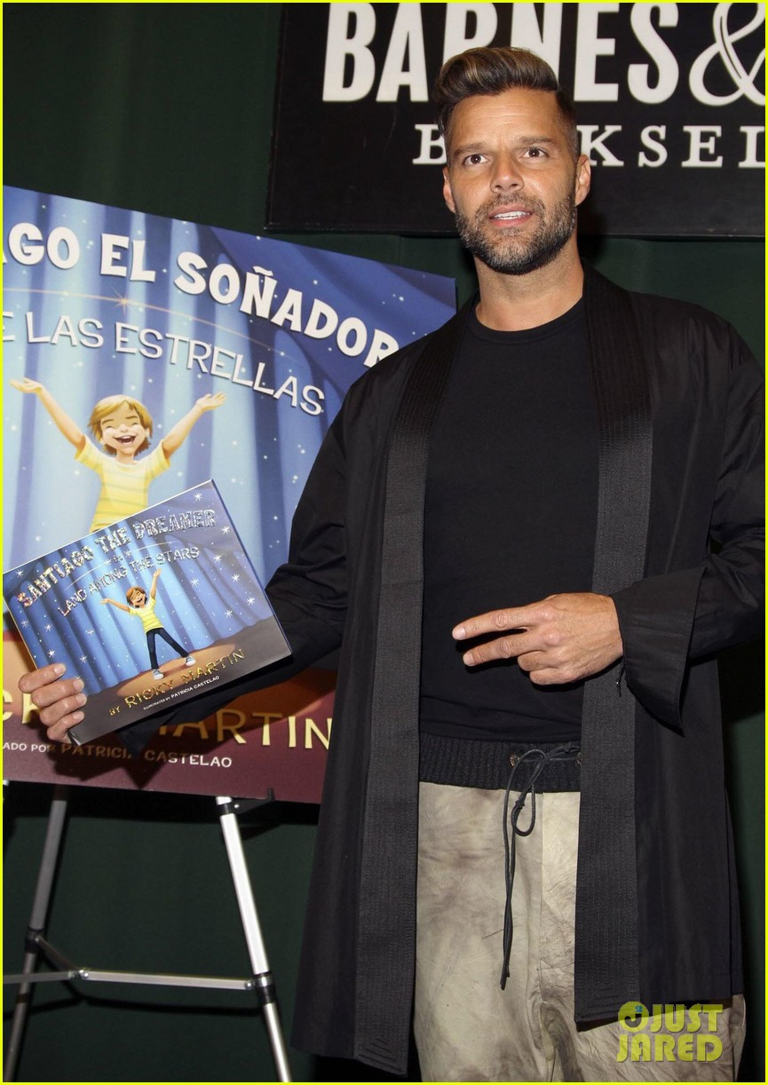 ricky martin santiago the dreamer book signing 01