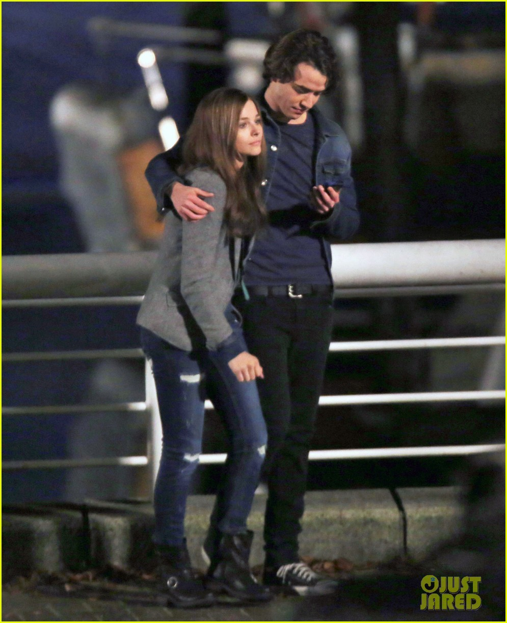 chloe moretz kisses co star jamie blackley on set 01